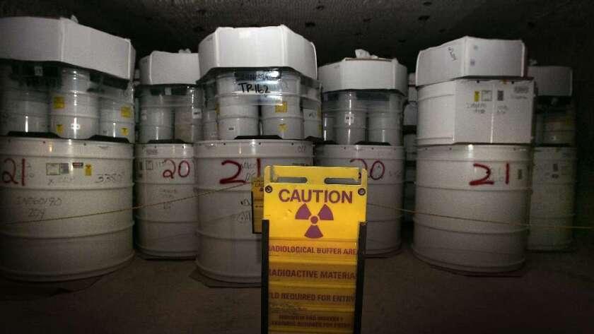 Bidones de residuos nucleares en un pozo de sal en la Planta Piloto de Aislamiento de Desechos en Nuevo México (Brian van der Brug/Los Angeles Times).