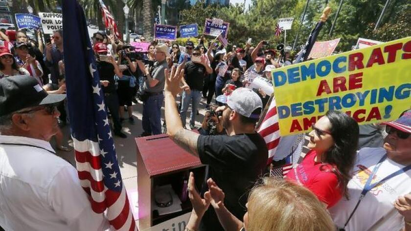 Jorge Herrera, residente de Los Ángeles y miembro del grupo político, Latinos por Trump, fue uno de los participantes en el mitin realizado el domingo en las afueras del ayuntamiento de Anaheim. Ellos simplemente querían mostrar su apoyo al candidato republicano. (Luis Sinco / Los Angeles Times)