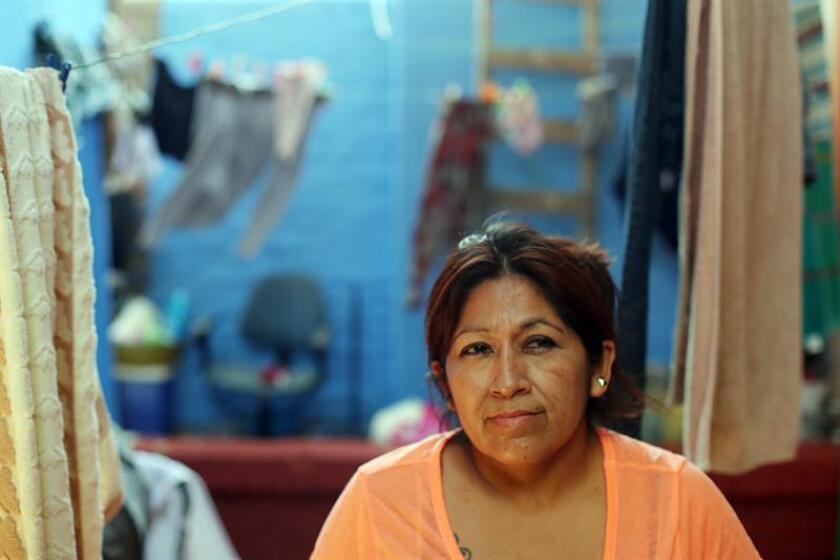 """Fotografía de la peruana oriunda de Trujillo Leonor Villena mientras relata que llegó a Chile en busca de mejores oportunidades y que """"trabaja y vive como puede"""" para pagar su habitación en un cité del centro de Santiago (Chile). EFE"""
