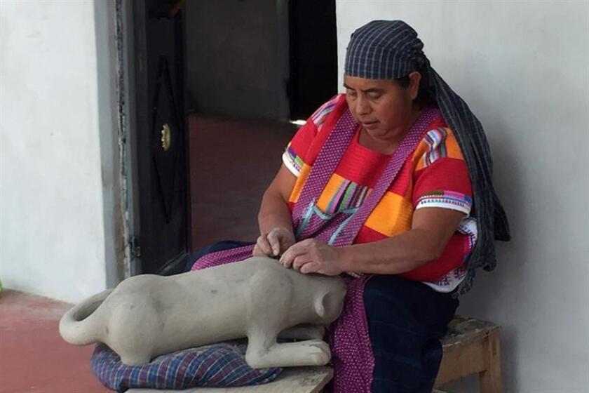 Imagen fechada el 30 de diciembre de 2017 de una alfarera indígena mientras trabaja en una artesania, en Amatenango del Valle, en el estado mexicano de Chiapas, conocido por la excelencia de sus diseños cargados de motivos mayas (México). EFE