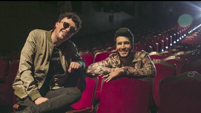 """Los cantantes Andrés Cepeda y Sebastián Yatra posan en una imagen promocional del videoclip de """"Magia"""", su nueva colaboración musical."""