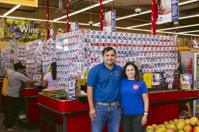 Sergio e Irene Soto son propietarios del supermercado Grocery Outlet, ubicado en Sun Valley.