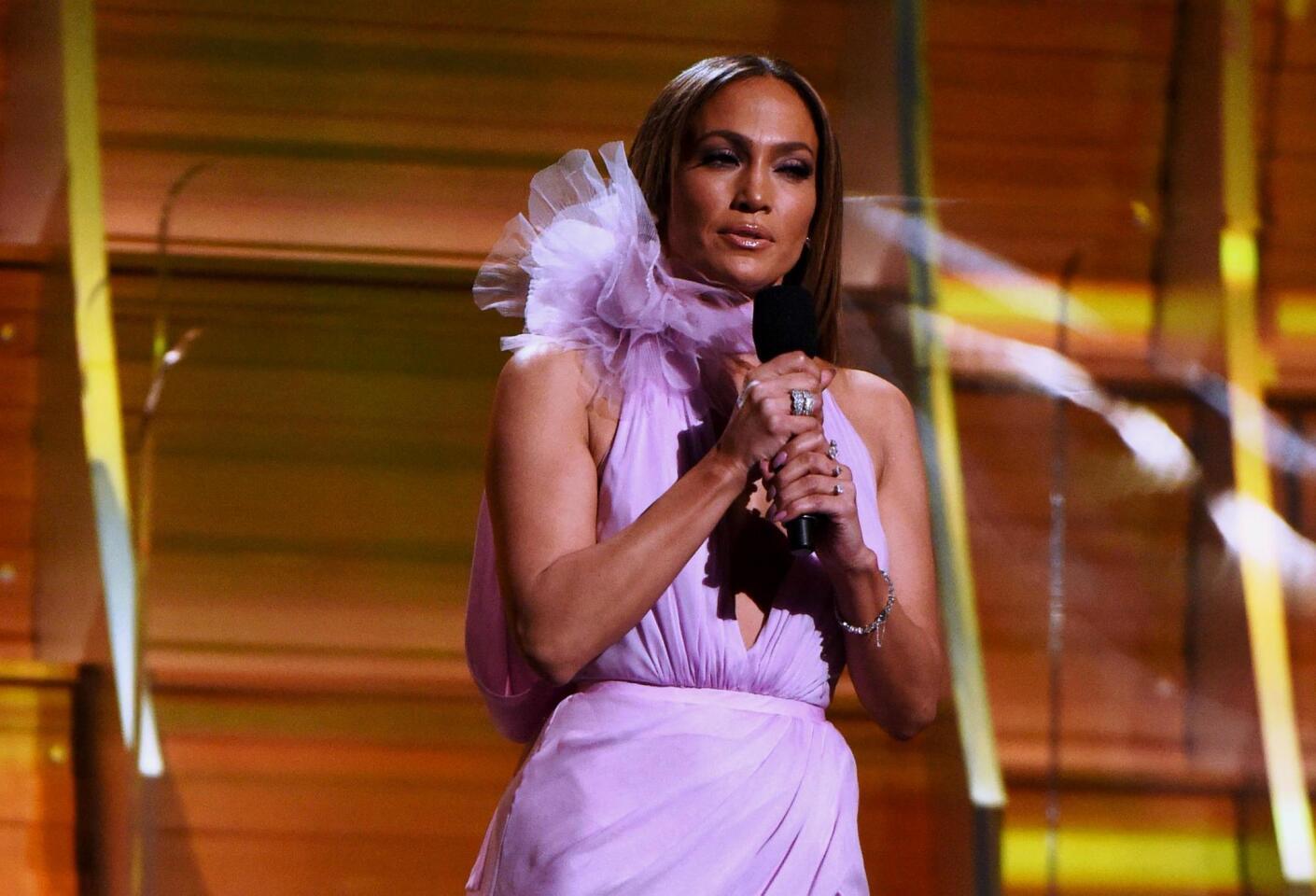 La descendiente de boricuas Jennifer López apareció claramente hasta en dos ocasiones durante el evento central del Grammy.