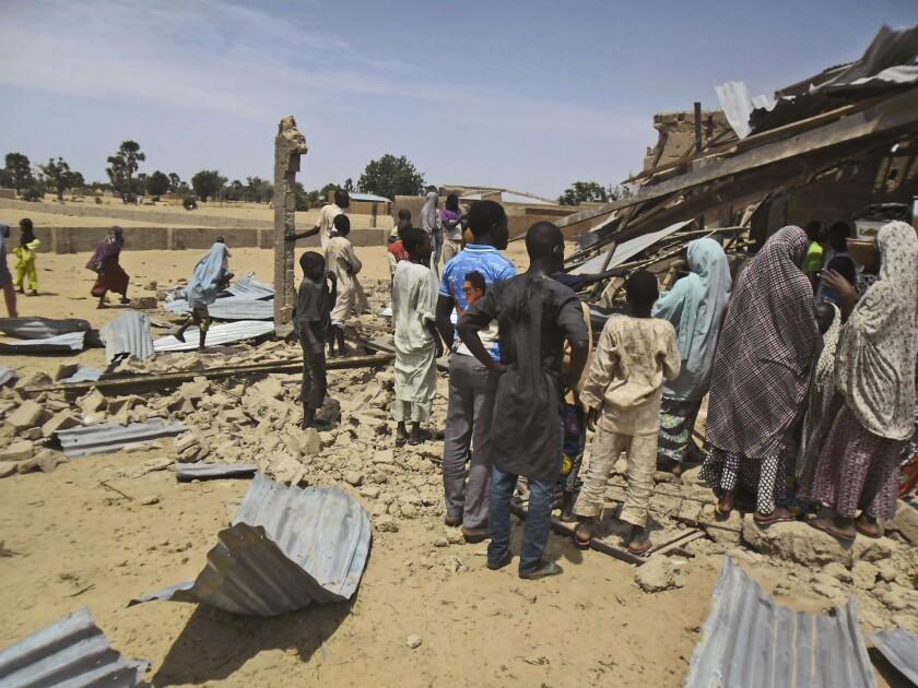 Ciudadanos de Nigeria observan los escombros dejados por un estallido en la iglesia cristiana de Cristo redimido en Potiskum, Nigeria, el domingo 5 de julio de 2015. (Foto Photo/Adamu Adamu Damaturu)