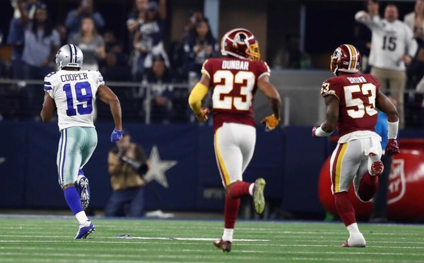 El jugador Amari Cooper (i) de Dallas Cowboys corre hoy, durante la primera mitad del juego entre Washington Redskins y Dallas Cowboys de la NFL en el Estadio AT&T en Arlington, Texas (Estados Unidos). EFE