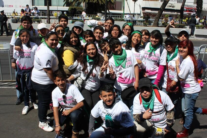 Voluntarios de las diferentes parroquias de la zona estuvieron en las vallas humanas cerca de la Basilica de Guadalupe.