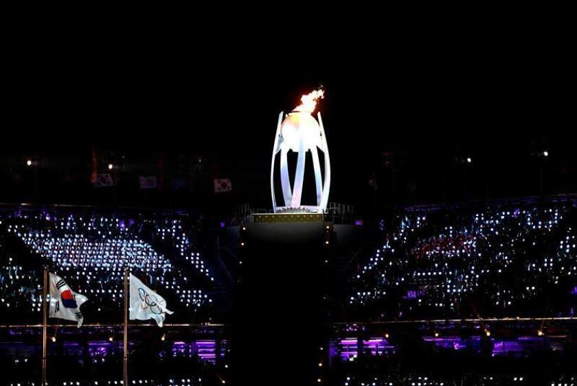 La llama olímpica ilumina el Estadio Olímpico de PyeongChang. EFE