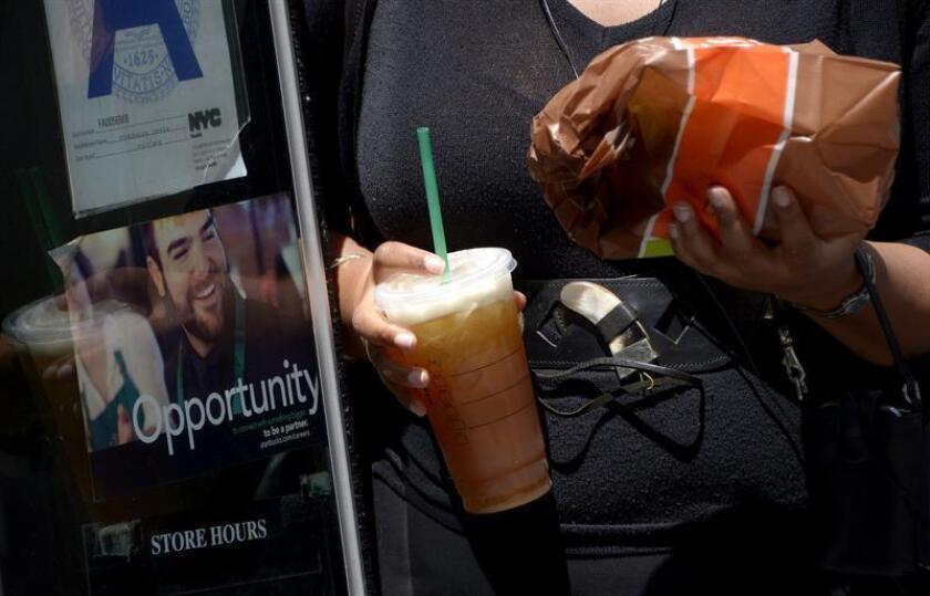 Una mujer bebe una bebida de tamaño gigante por las calles de Nueva York, Estados Unidos. EFE/Archivo