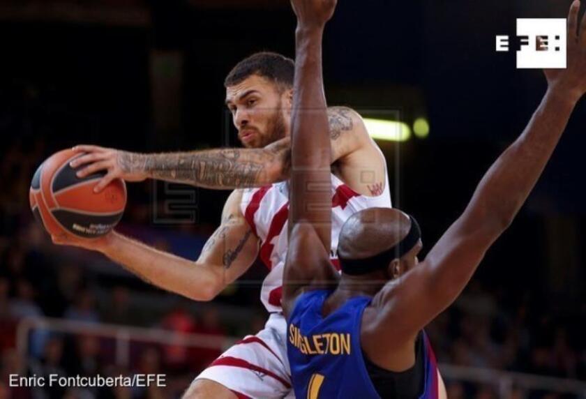 El jugador del Olimpia Milán Mike James (i) trata de superar la defensa de Chris Singleton, del Barcelona Lassa, durante el partido de la novena jornada de la Euroliga de baloncesto disputado esta noche en el Palau Blaugrana. EFE/ Enric Fontcuberta.