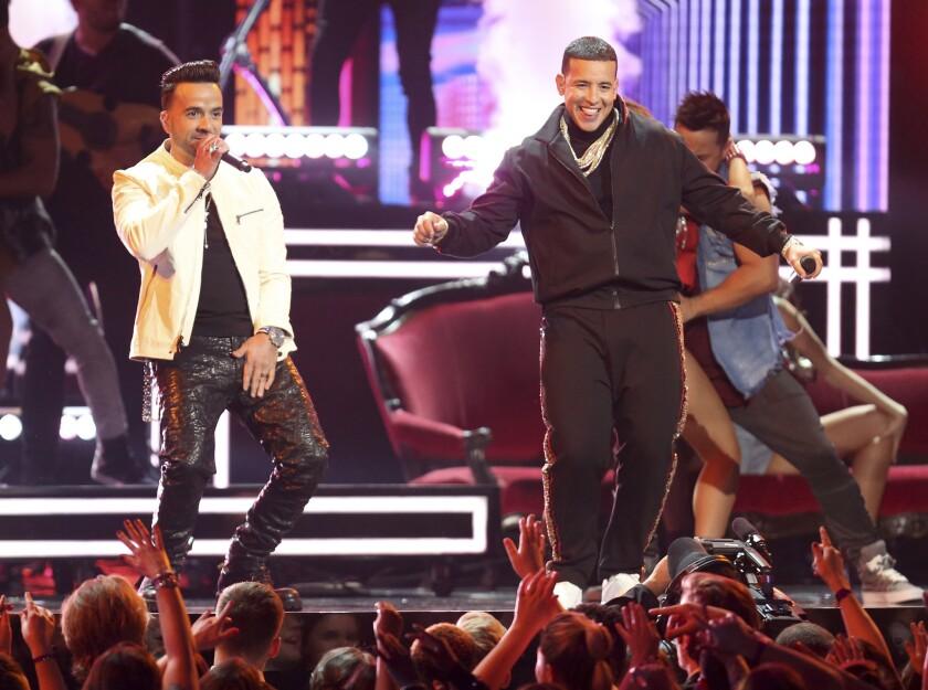 """Luis Fonsi, izquierda, y Daddy Yankee interpretan """"Despacito"""" en la 60a entrega anual de los premios Grammy, el domingo 28 de enero del 2018 en el Madison Square Garden, en Nueva York."""