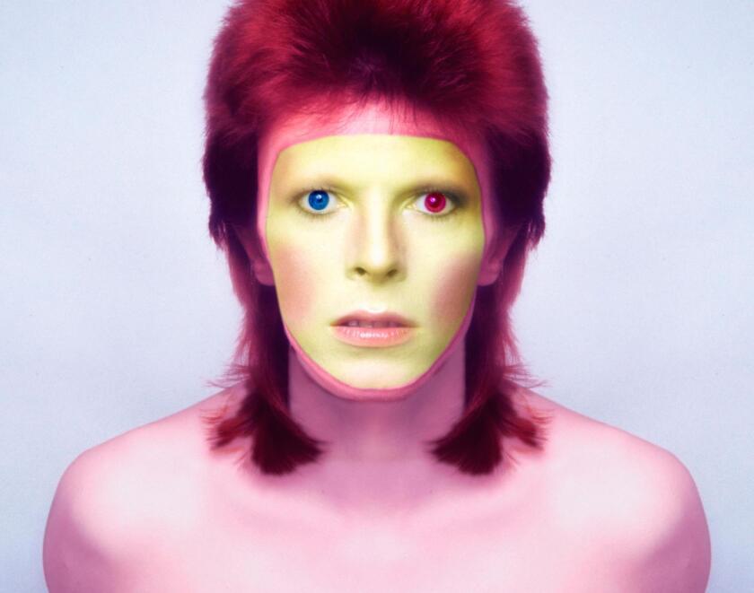 El legendario David Bowie dejó de existir hace tres años, y se ha anunciado ahora que se hará una película basada en su vida.