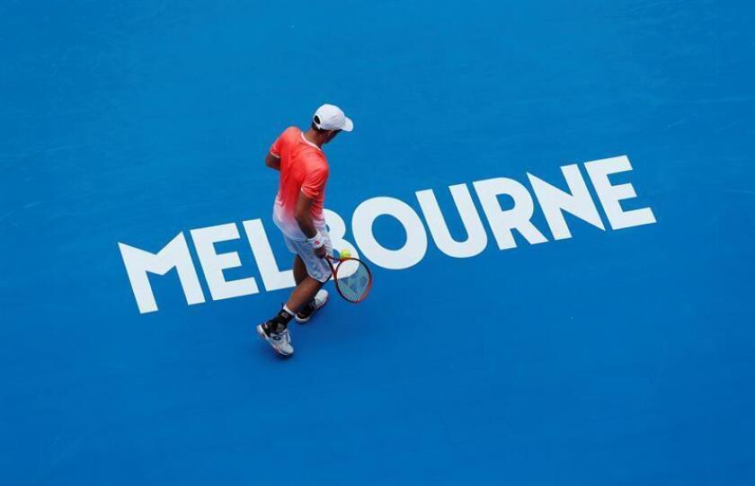 El polaco Kamil Majchrzak acción contra el japonés Kei Nishikori hoy, durante un partido de tenis del Abierto de Australia, en Melbourne (Australia). EFE