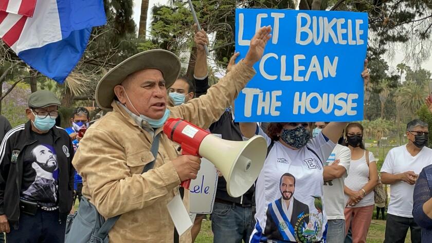 Rolando Salmerón participó en la concentración a favor de Bukele realizada el domingo 9 de mayo de 2021 en Los Ángeles.