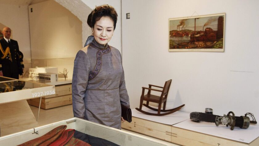 China First Lady Peng Liyuan visits the Finnish Design Museum on April 5 in Helsinki.