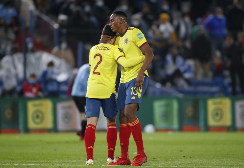 Stefan Medina y Yerry Mina, de la selección de Colombia, se abrazan