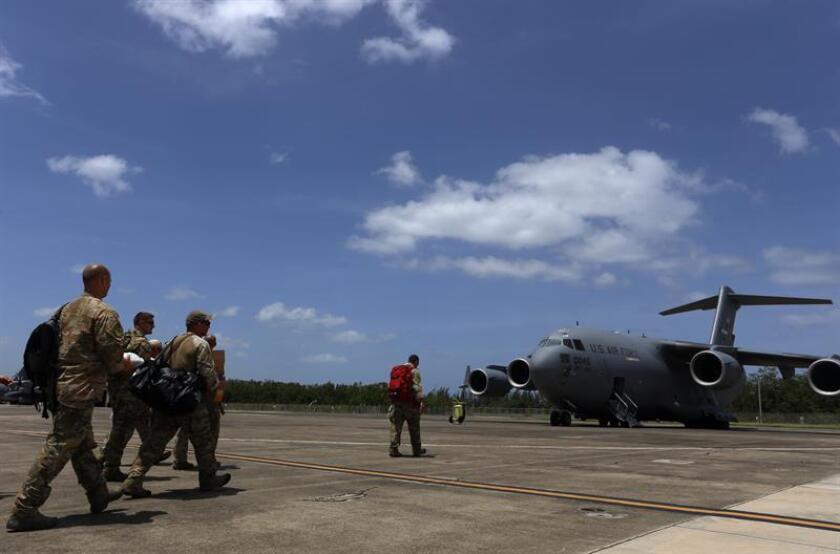 """El grupo de la Guardia Nacional Aérea de Puerto Rico """"Los Bucaneros"""", que tripulan los aviones que han servido de evacuación para ciudadanos en San Martín tras el paso del huracán Irma, salen para una nueva misión, el martes 12 de septiembre de 2017, en la Base Aérea Muñiz en San Juan (Puerto Rico). EFE/Archivo"""