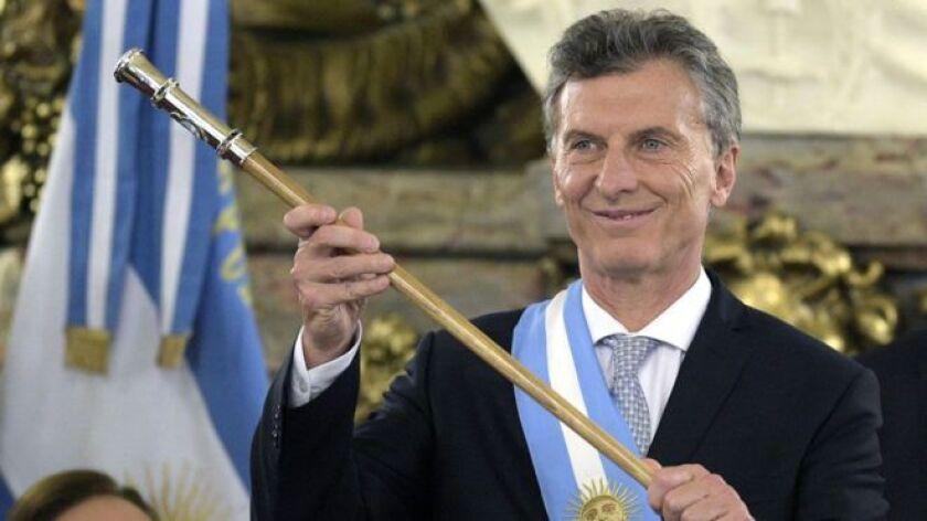 El presidente de Argentina, Mauricio Macri, no va a celebrar su primer año en el poder: no habrá mítines ni discursos ni brindis. Habrá compostura.