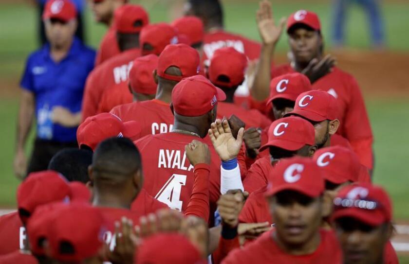Jugadores de Cuba celebran al vencer a México este martes en un partido de la Serie del Caribe entre Leñadores de las Tunas de Cuba y Charros de Jalisco de México, en el estadio Nacional Rod Carew en Ciudad de Panamá (Panamá). EFE