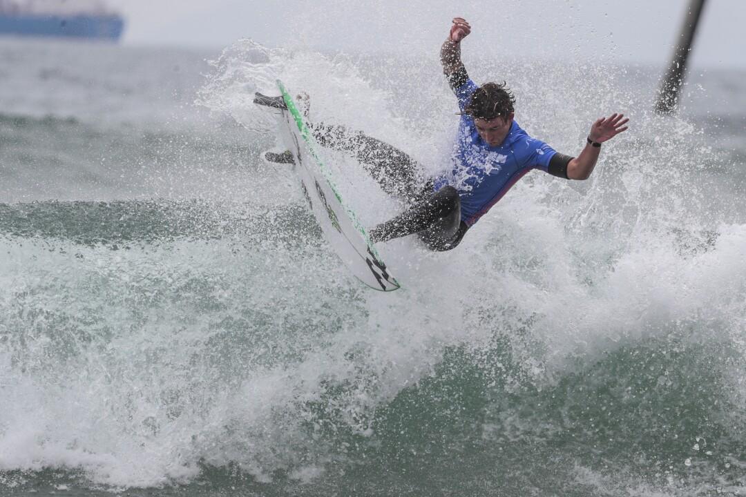 Griffin Colapinto réussit un mouvement de réduction aéroporté, l'aidant à remporter une finale à l'US Open of Surfing