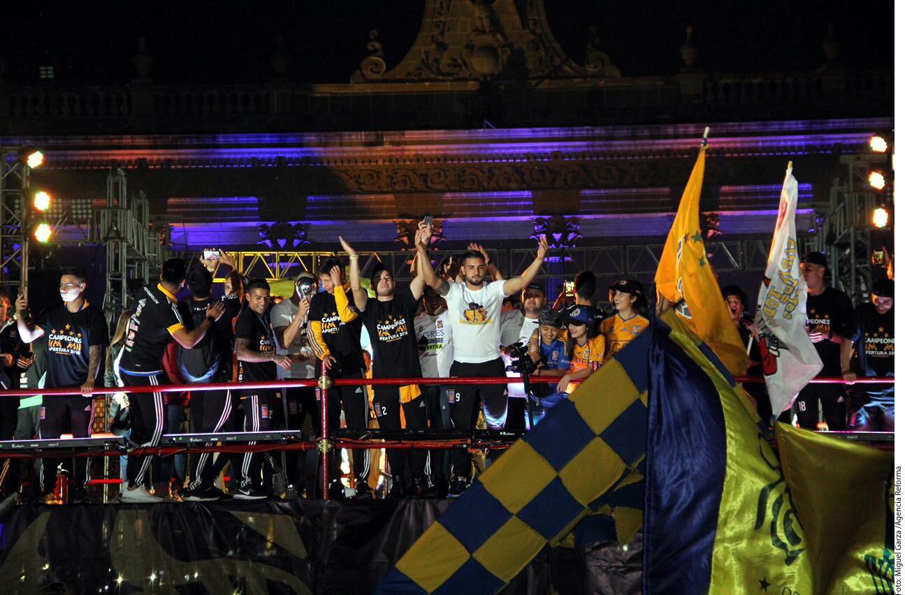 Los jugadores hicieron un largo recorrido desde el Estadio Universitario hasta la Explanada de los HÈroes, al llegar derrocharon alegría sobre el escenario que se instaló en el lugar.