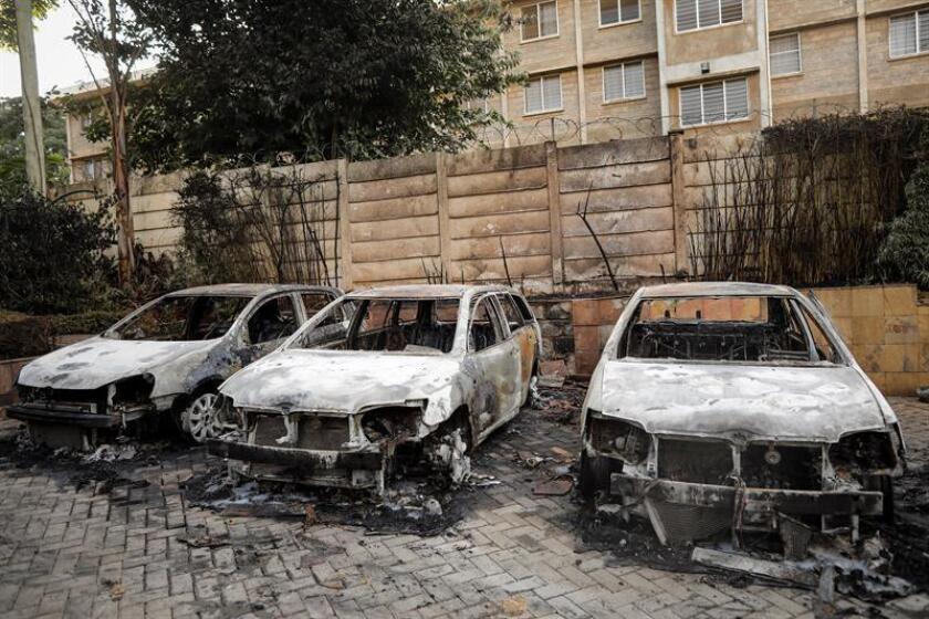 Varios coches calcinados en el lugar de un tiroteo y varias explosiones, en un complejo hotelero de Nairobi, Kenia, hoy, 15 de enero de 2019. EFE