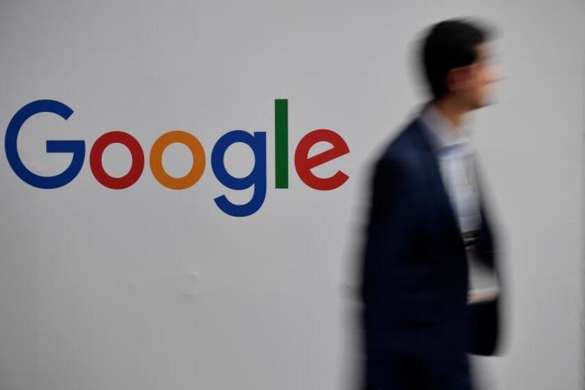 Un hombre pasa por el logo de Google durante la feria de innovación y startups de Vivatech, en París, Francia, el 16 de mayo de 2019. EPA/Julien de Rosa/Archivo