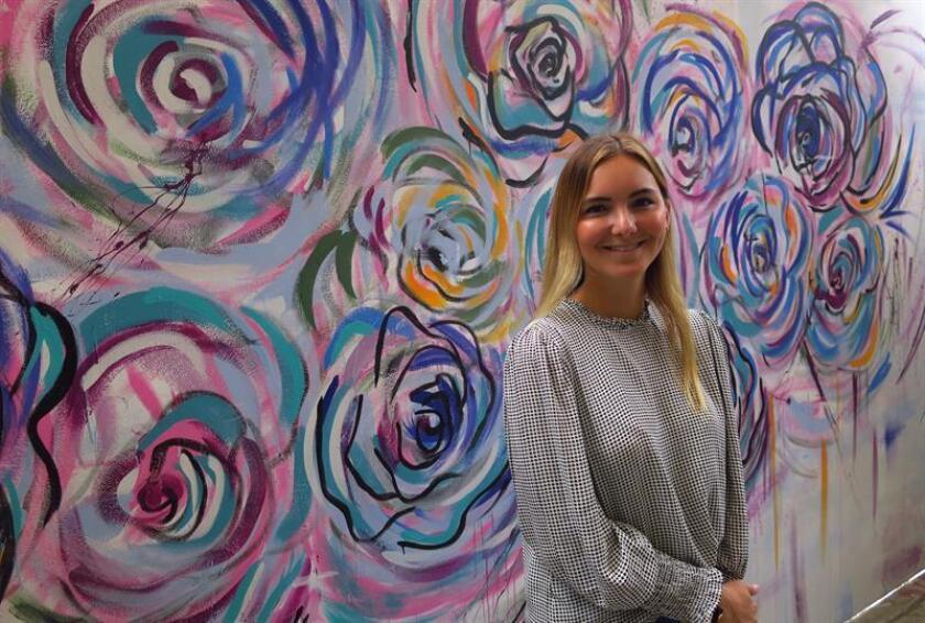 Fotografía del 13 de febrero de 2019, que muestra a la artista mexicana Verónica Villareal posando después de pintar un muro durante el proyecto TRANSFORSMART, en el Instituto Nacional de Ciencias Médicas y Nutrición Salvador Zubirán, en Ciudad de México (México). EFE