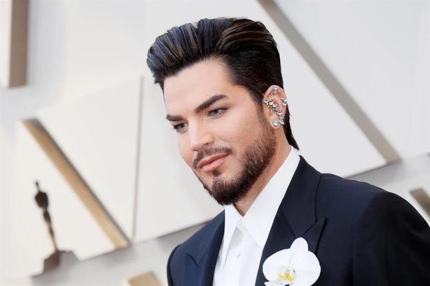 Adam Lambert posa a su llegada a la alfombra roja de los Premios Óscar, este domingo, en Hollywood, California (Estados Unidos). EFE