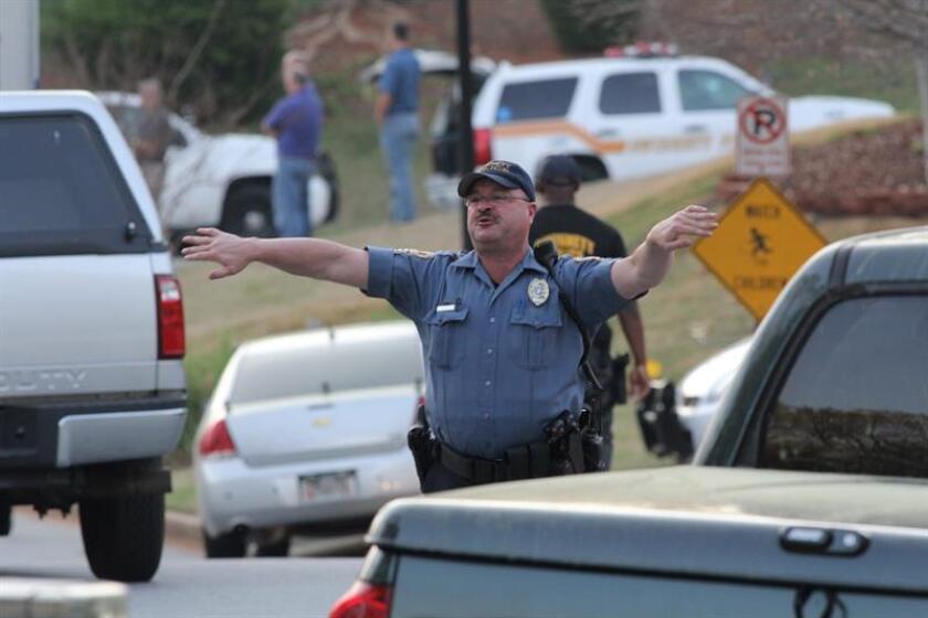 Policía detiene a maestro que disparó y se atrincheró en escuela de Georgia