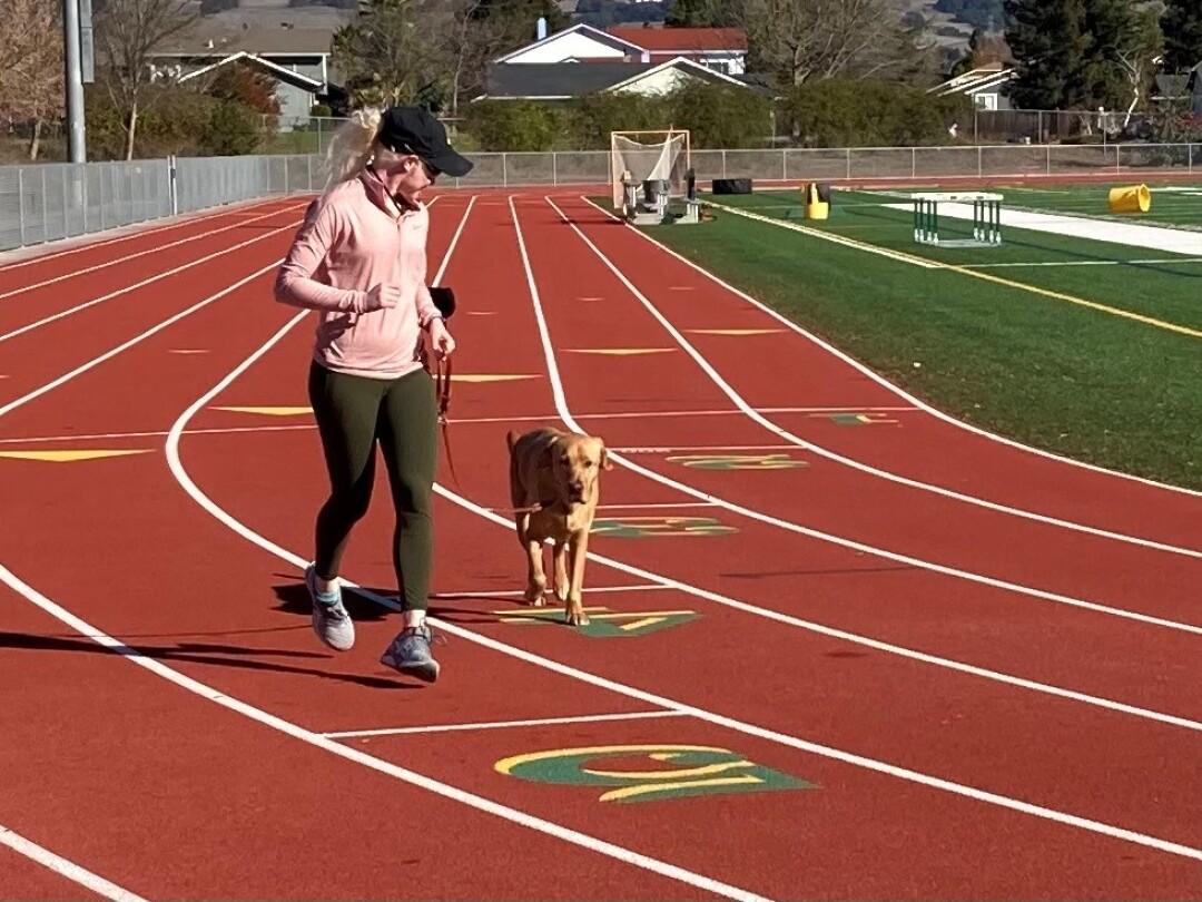 Kim Crosby et le chien-guide Tron ont une routine sur la piste.
