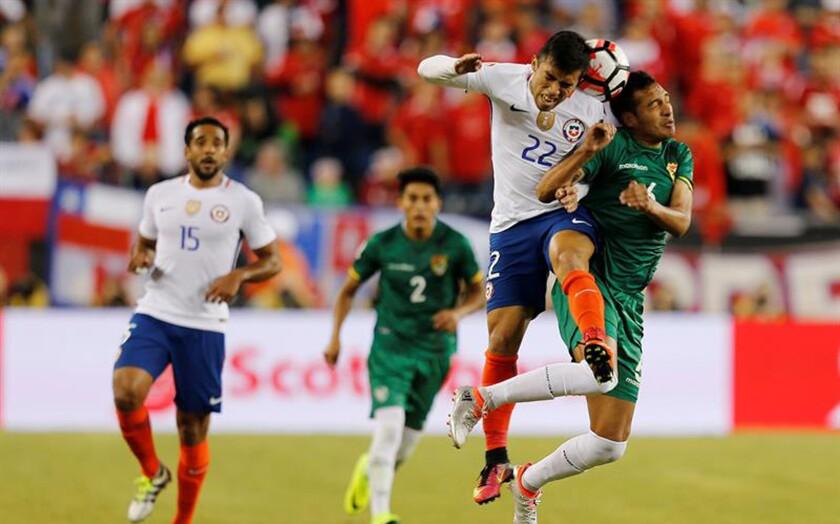 Edson Puch (2-d) de Chile disputa un balón con Walter Veizaga (d) de Bolivia hoy, viernes 10 de junio de 2016, en un partido entre Chile y Bolivia en el grupo D de la Copa América Centenario jugado en el estadio Gillete en Foxborough (EE.UU.). EFE/MAURICIO DUENAS CASTAÑEDA