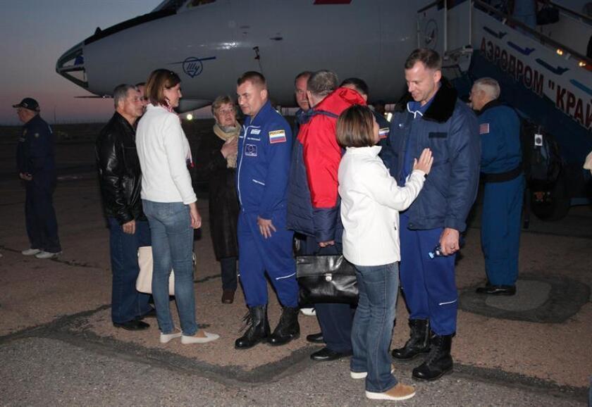 Fotografía cedida por la Agencia Espacial rusa Roscosmos, que muestra al ingeniero de vuelo de la Expidición 57 Nick Hague (d) a su llegada al aeropuerto de Baiknour tras el lanzamiento fallido de la nave Soyuz MS-10, en Baiknour, Kazajistán, ayer, 11 de octubre de 2018. EFE/ Roscosmos FOTOGRAFÍA CEDIDA/ SOLO USO EDITORIAL/ NO VENTAS/ NO ARCHIVOS