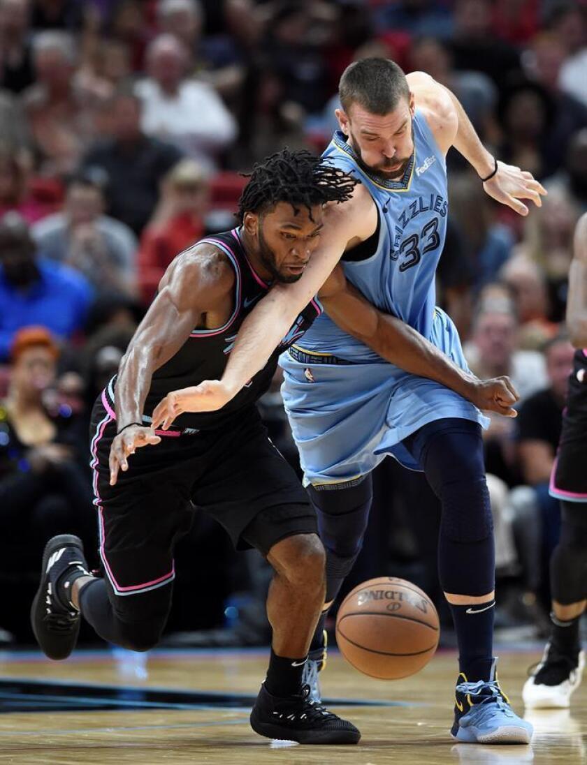 Marc Gasol (d) de los Grizzlies en acción ante Justise Winslow de los Miami Heat, durante un partido de baloncesto de la NBA. EFE/Archivo
