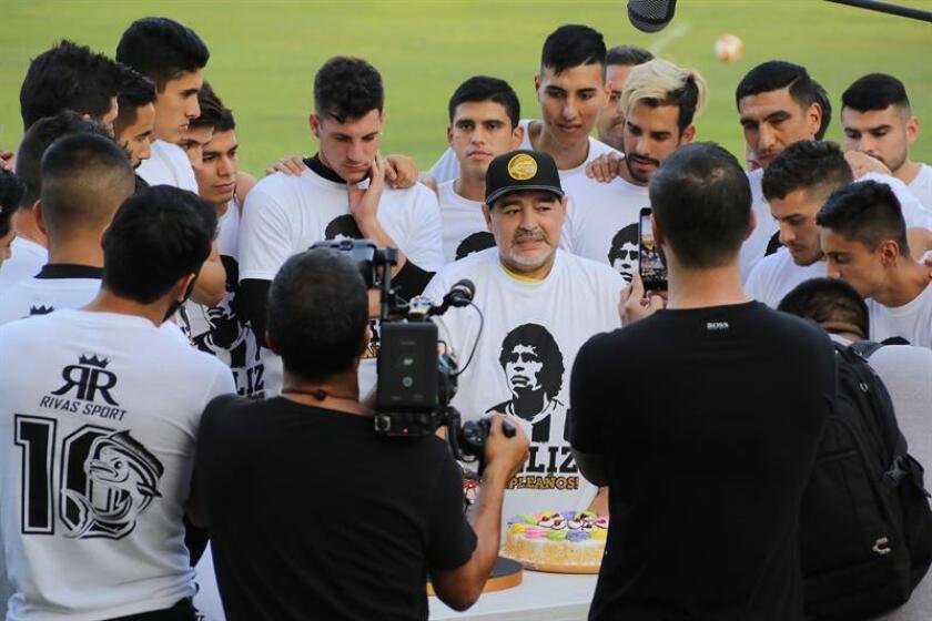 El exfutbolista argentino y director técnico del club de fútbol Dorados de Sinaloa de México, Diego Armando Maradona (c), habla durante de una sesión de entrenamiento, en la ciudad de Culiacán en el estado de Sinaloa (México). EFE/Archivo