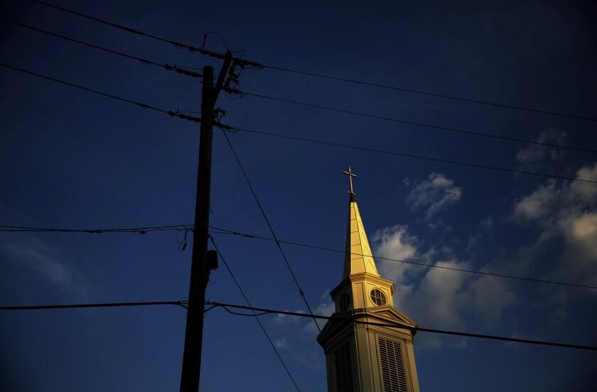 ARCHIVO - En imagen de archivo del martes 11 de abril de 2017, el sol pega en la torre de una iglesia bautista en Georgia. (AP Foto/David Goldman, archivo)