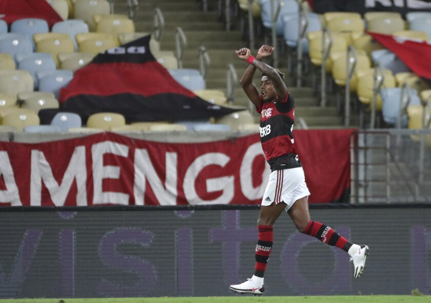Bruno Henrique festeja tras anotar el tercer gol del Flamengo de Brasil ante el Junior de Colombia