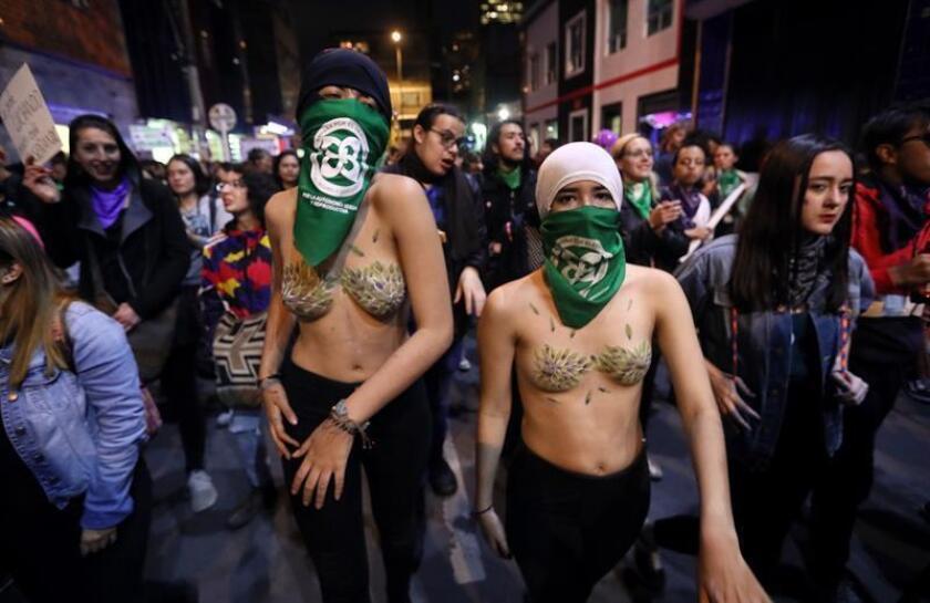 Mujeres marchan este viernes para conmemorar el Día Internacional de la Mujer, en Bogotá (Colombia). EFE
