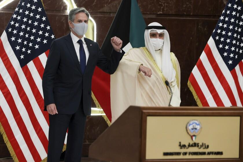 El canciller de Kuwait, jeque Ahmad Nasser Al-Mohammad Al-Sabah, y el secretario de Estado estadounidense Antony Blinken arriban a una conferencia de prensa conjunta en el ministerio de Relaciones Exteriores en Ciudad Kuwait, jueves 19 de julio de 2021. (Jonathan Ernst/Pool via AP)