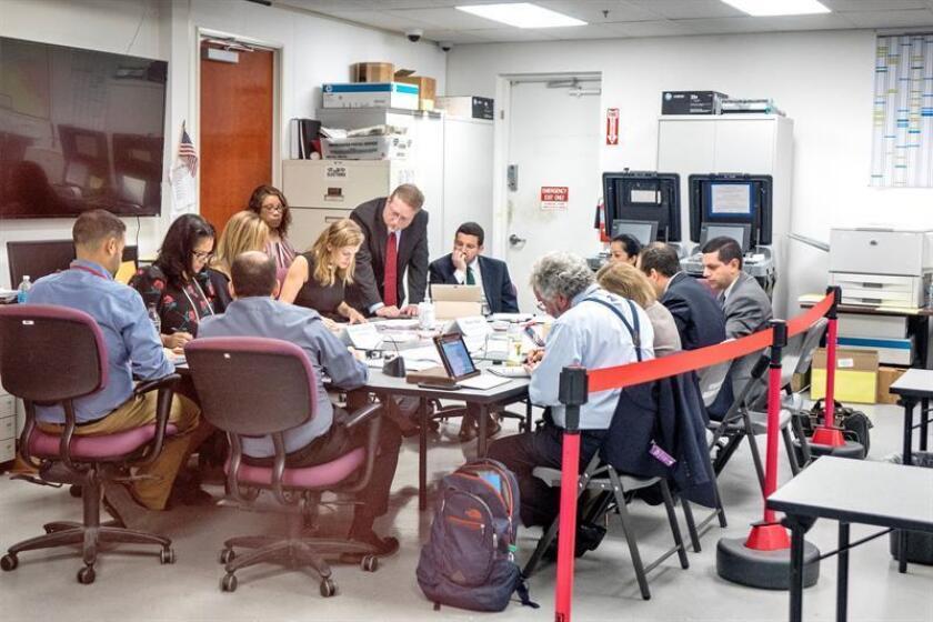 Miembros de la junta de escrutinio del condado de Miami Dade trabajan en el recuento de la votación de las elecciones legislativas en el Departamento de Elecciones de Miami-Dade en Miami, Florida (EE.UU.). EFE/Archivo