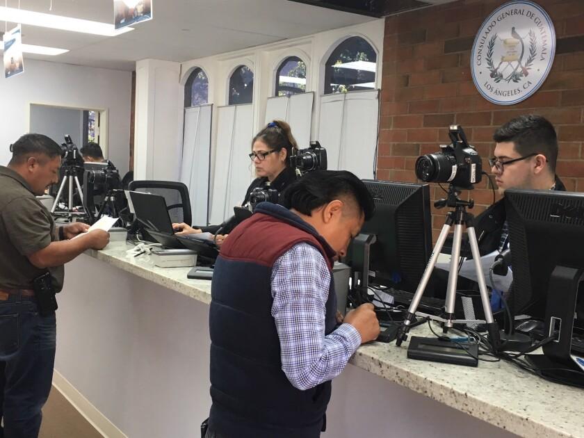 A pesar de que la entrega de pasaportes es indefinida, en promedio acuden 100 personas diariamente al consulado de Guatemala en L.A. solicitando este trámite.