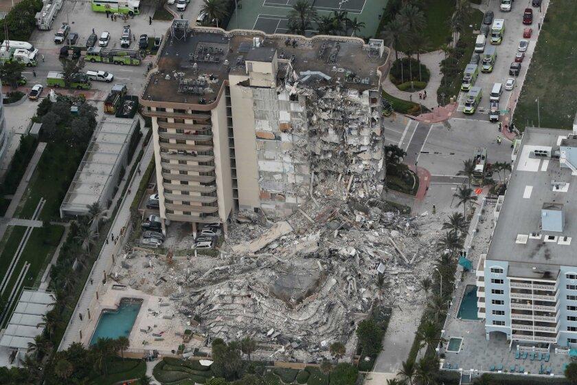 Una parte de un edificio parcialmente derruido, la madrugada del jueves 24 de junio de 2021