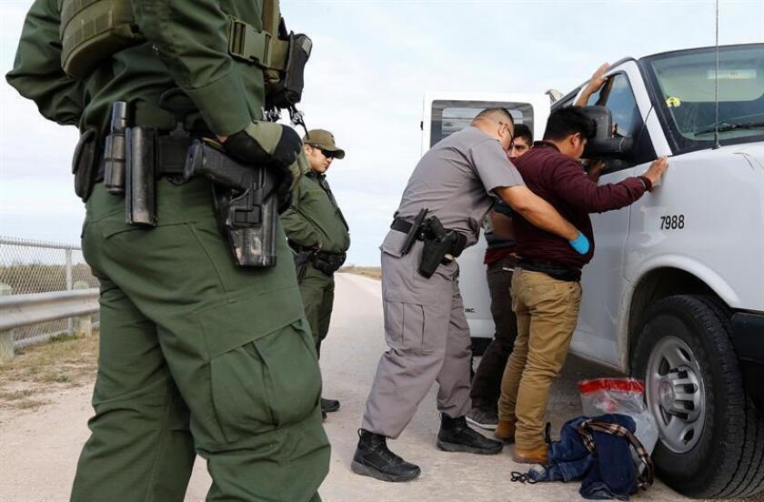 Guardias estadounidenses detienen a inmigrantes mexicanos que trataban de pasar la frontera de Estados Unidos de forma ilegal, próximo al cercado fronterizo a lo largo del Valle del Río Grande el miércoles 23 de enero de 2019 en Texas, Estados Unidos. EFE/Archivo