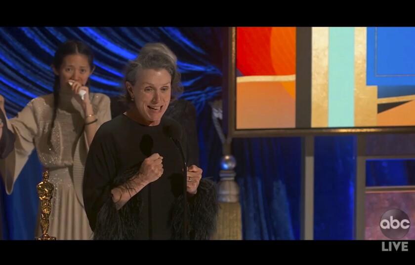 """Frances McDormand recibe el Oscar a la mejor actriz, por """"Nomadland"""""""