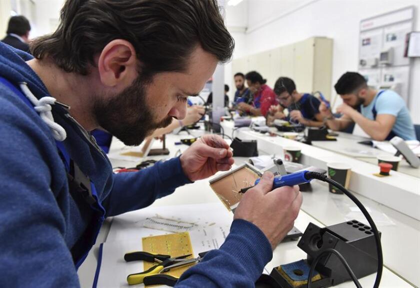 Vista de un joven trabajando en un taller. EFE/Archivo