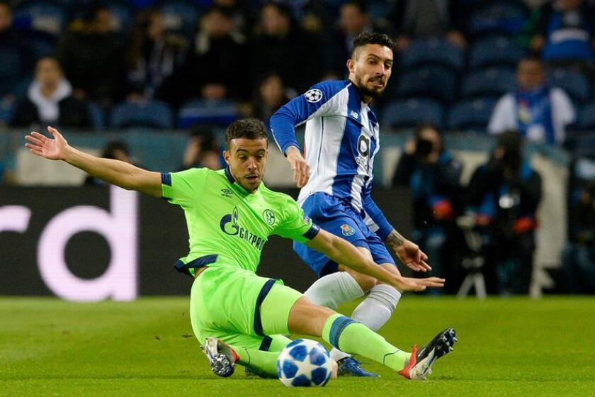 Alex Telles (d) del Oporto disputa el balón con Franco Di Santo del Schalke durante un partido del grupo D de la Liga de Campeones en el estadio Dragao de Oporto (Portugal). EFE