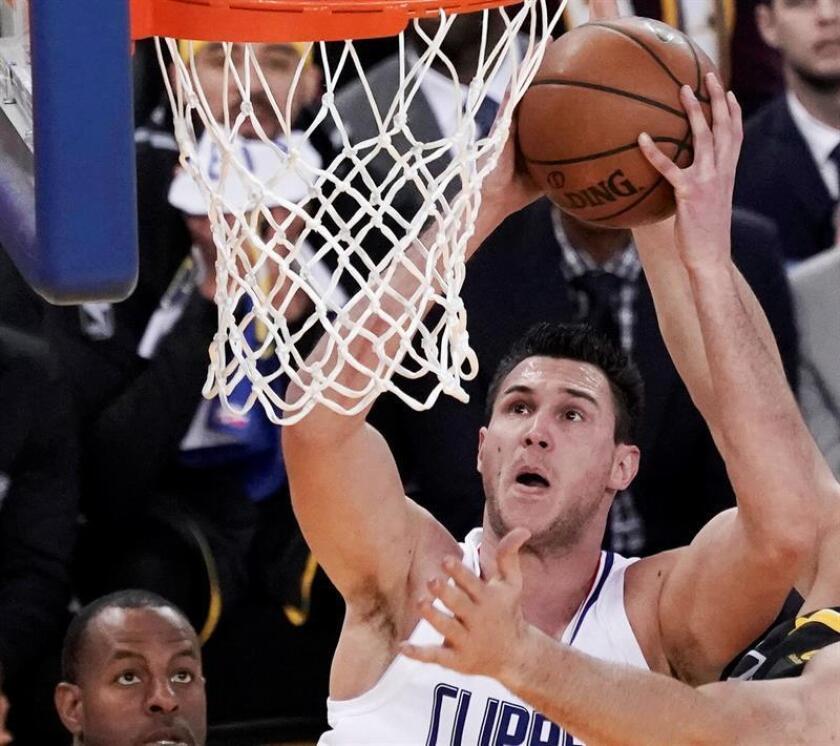El jugador de los Clippers Danilo Gallinari (c) lucha por el balón durante el partido de la NBA. EFE/Archivo