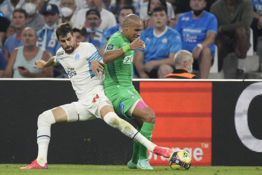 El brasileño Luan Perez (izq) pelea un balón con Wahbi Khazri durante un partido entre Marsella y Saint Etienne en Marsella el 28 de agosto del 2021. (AP Photo/Daniel Cole)