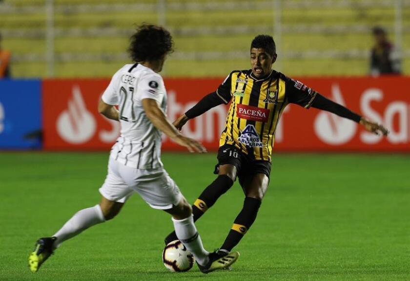 Raúl Castro (d) del The Strongest de Bolivia, disputa el balón con Blas Caceres (i) del Libertad de Paraguay, este martes durante el partido por Copa Libertadores, jugado en el estadio Hernando Siles de La Paz (Bolivia). EFE