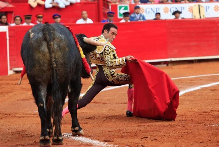 El torero español Enrique Ponce lidia un toro este mes de febrero durante una corrida de la temporada grande de la Plaza de toros México, en Ciudad de México (México). EFE/Archivo
