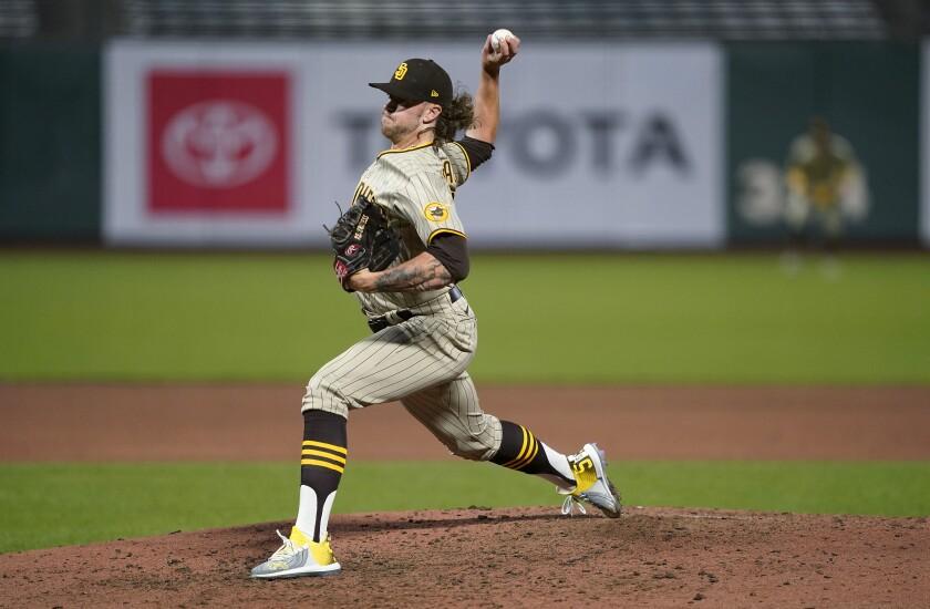 El pitcher de los Padres de San Diego Chris Paddack lanza contra los Gigantes de San Francisco, en el quinto inning